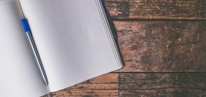 Kugelschreiber leeres Notizbuch Holzuntergrund